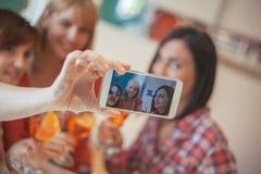 Amis féminins prenant Selfie Image libre de droits