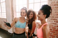 Amis féminins prenant un selfie après la formation de forme physique Images stock