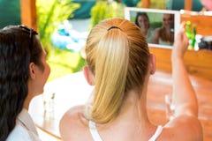 Amis féminins prenant un selfie avec le comprimé numérique Photo libre de droits