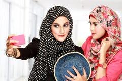 Amis féminins prenant une photo de lui-même Image libre de droits