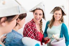 Amis féminins rénovant la nouvelle maison images libres de droits