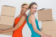 Amis féminins rapprochant une nouvelle maison Photos libres de droits