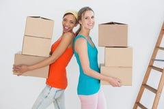 Amis féminins rapprochant une nouvelle maison Photographie stock libre de droits