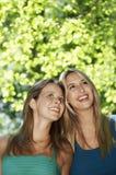 Amis féminins recherchant en parc Image libre de droits