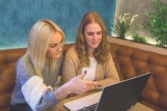 Amis féminins regardant l'ordinateur portable Photographie stock