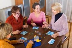 Amis féminins s'asseyant avec le loto Images libres de droits