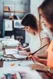 Amis féminins s'occupant de l'atelier de peinture ensemble Photos libres de droits