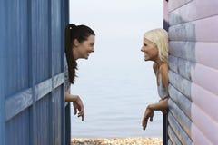 Amis féminins se penchant sur la balustrade de la Chambre de plage Images libres de droits