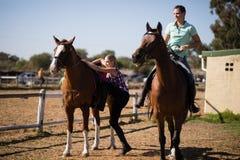 Amis féminins se préparant au fond de cheval Images stock