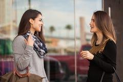 Amis féminins se réunissant à un centre commercial Photos stock