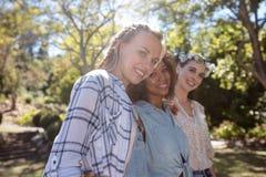 Amis féminins se tenant ainsi que le bras autour Photographie stock
