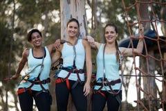 Amis féminins se tenant ainsi que le bras autour en parc Photo libre de droits