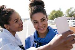 Amis féminins se tenant dehors Photographie stock libre de droits