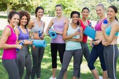 Amis féminins sportifs en parc Photos libres de droits