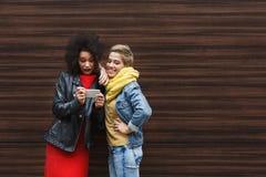 Amis féminins stupéfaits avec le smartphone dehors Images libres de droits