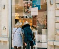 Amis féminins supérieurs achetant des bijoux à Paris Photographie stock