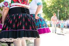 Amis féminins supérieurs anonymes dans des costumes de folklore Photographie stock