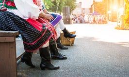 Amis féminins supérieurs anonymes dans des costumes de folklore Images libres de droits