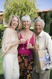 Amis féminins supérieurs heureux ayant Champagne Image stock