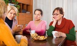 Amis féminins supérieurs tristes Photo libre de droits