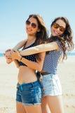 Amis féminins sur la plage Photographie stock libre de droits