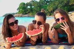 Amis féminins sur la plage Photo libre de droits