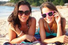 Amis féminins sur la plage Photos libres de droits