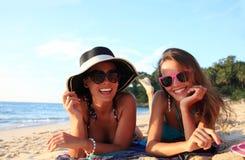 Amis féminins sur la plage Images stock