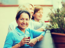 Amis féminins sur la terrasse d'été Photographie stock libre de droits