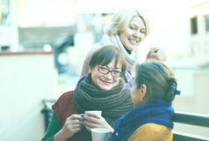 Amis féminins sur la terrasse d'été Image stock