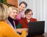 Amis féminins sur la terrasse d'été Photo stock