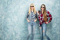 Amis féminins sur le fond bleu de mur Image stock