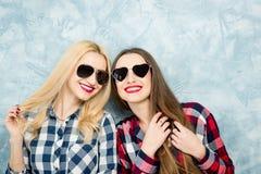 Amis féminins sur le fond bleu de mur Photos libres de droits