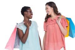 Amis féminins tenant des sacs à provisions Image libre de droits