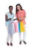 Amis féminins tenant des sacs à provisions Photos libres de droits