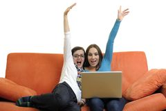 Amis féminins travaillant sur l'ordinateur portable à la maison Image stock
