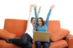 Amis féminins travaillant sur l'ordinateur portable à la maison Photos libres de droits