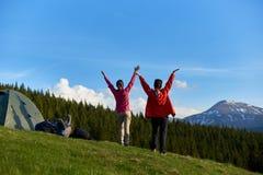 Amis féminins trimardant ensemble dans les montagnes Image stock