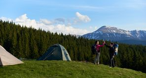 Amis féminins trimardant ensemble dans les montagnes Image libre de droits