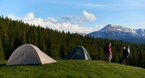 Amis féminins trimardant ensemble dans les montagnes Images libres de droits