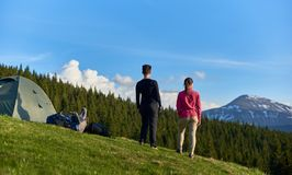 Amis féminins trimardant ensemble dans les montagnes Photo libre de droits