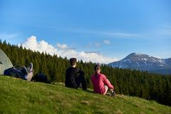 Amis féminins trimardant ensemble dans les montagnes Images stock