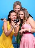 amis féminins trois d'appareil-photo Image stock