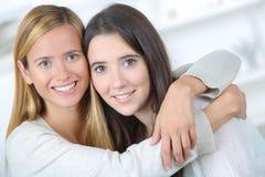 Amis féminins vraiment étroits Image stock