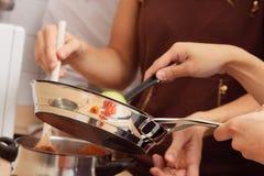 Amis faisant cuire ensemble Photo libre de droits
