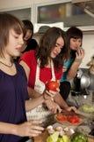 Amis faisant cuire ensemble Image libre de droits