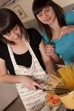 Amis faisant cuire ensemble Photos libres de droits