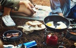 Amis faisant cuire Forest Adventure Concept Image stock