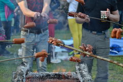 Amis faisant cuire la saucisse de hot-dog Images stock