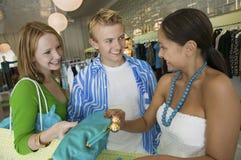 Amis faisant des emplettes au magasin d'habillement Photo stock